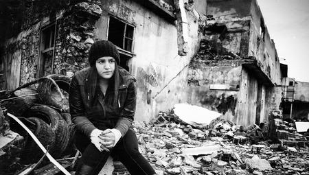 Wreckage Deconstruction Ecke und junge Frau