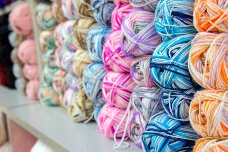 gomitoli di lana: Colorato di filato gomitoli di lana in un Negozio di tessuti