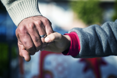 Father and Son Hands Holding Moment Lizenzfreie Bilder