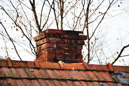 flue season: chimenea de ladrillo viejo