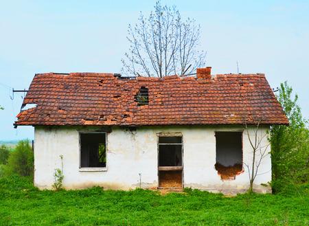 壊れた屋根の古い放棄された家 写真素材
