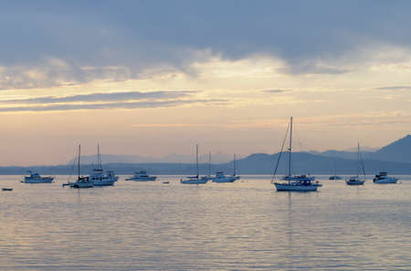 Boats at anchor, Sidney Spit, British Columbia, Canada Banque d'images