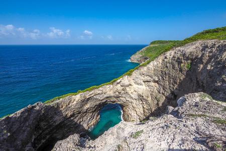"""trou naturel dans les falaises de Marie Galante, connu sous le nom """"Trou de diable"""""""