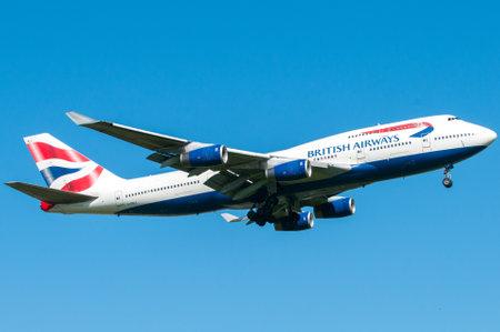 boeing 747: Londra, Regno Unito, il 9 aprile 2011: 4 motori del Boeing 747 della British Airways atterraggio vettore all'aeroporto di Heathrow.