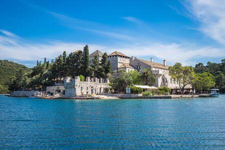 Benediktinerkloster und Kirche auf der Insel Str. Marys, mitten im Großen See des Nationalparks Mljet, Kroatien.