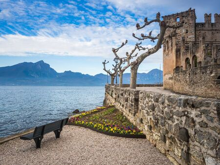 Autumn landscape of Torri del Benaco town with castle and lake coast, Garda lake, Veneto, Italy 新聞圖片