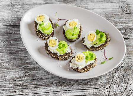 有奶油芝士,鹌鹑蛋和芹菜的开放式三明治。美味健康的复活节零食或早餐