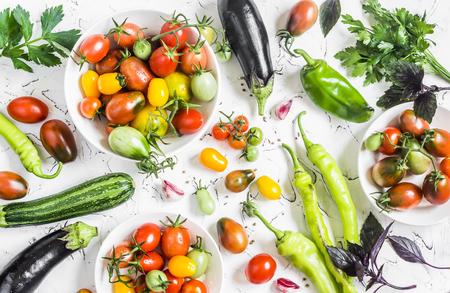Variedad de verduras frescas - tomates, pimientos, berenjenas, calabacín en un fondo blanco. Concepto de vegetariano, sano, alimento de la dieta