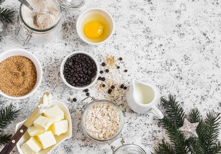avena en hojuelas: Navidad cocción fondo. Harina, azúcar, mantequilla, copos de avena, huevos, trocitos de chocolate sobre un fondo claro. ingredientes para hornear Foto de archivo