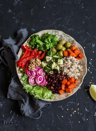 Vegetarische Boeddha kom. Rauwe groenten en quinoa in een kom. Vegetarisch, gezond, detox-voedselconcept Stockfoto - 68386649
