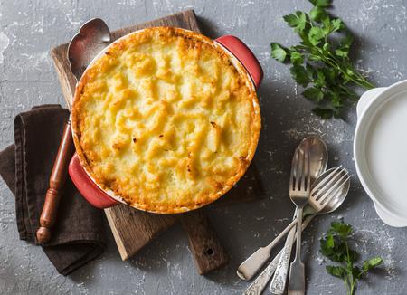 Taart van Vegetarische Herder. Aardappelen, linzen en seizoensgebonden tuingroenten Ovenschotel. Herfst vegetarische lunch