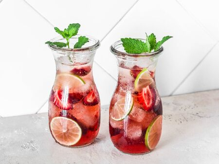 Strawberry, lime, mint lemonade - a delicious refreshing summer drink on a light background Imagens