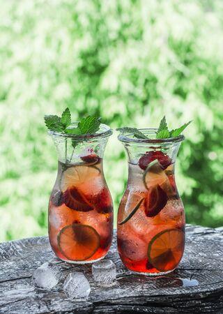 Strawberry, lime, mint lemonade - a delicious refreshing summer drink 版權商用圖片