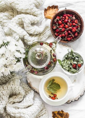 Green tea with rose hips - increase immunity in autumn and winter on a light background, top view Standard-Bild - 134138880