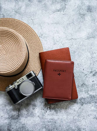 Travel background concept. Hat, retro camera, passport, organizer planner on grey background, top view Banque d'images
