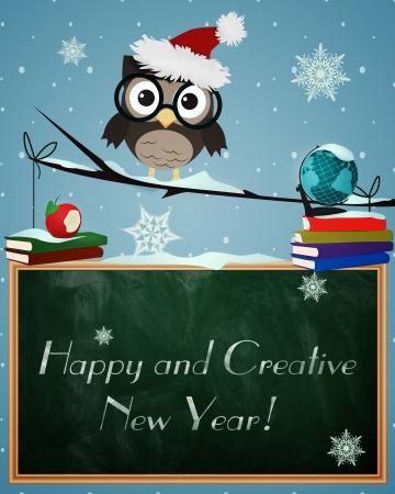 Uil Gelukkig en Creatief Nieuwjaar Weinig bruine uil op besneeuwde tak met krijtbord, wereldbol boeken en Gelukkig Nieuwjaar tekst
