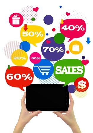 Online verkoop winkelen of winkel business template.  Handen die tablet, kleurrijke bellen  toetsen zweven van het met online winkelen pictogrammen en verkoop procenten. Stockfoto