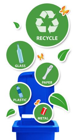 reciclable: Los recursos no trash Concepto de medio ambiente, la papelera de reciclaje azul con pegatinas y materiales reciclables, aislado en blanco Foto de archivo