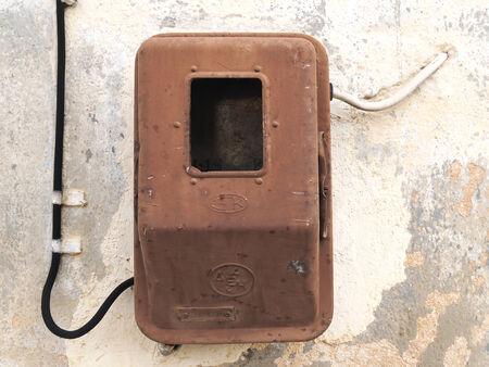 contador electrico: Metro el�ctrico viejo en la pared sucia envejecida