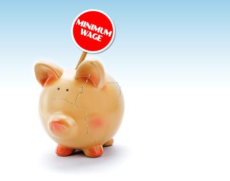 """minimum wage: Hucha rota con grietas y etiqueta de """"salario m�nimo"""""""