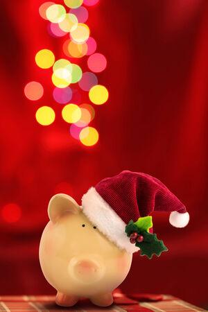 Christmas Piggy bank Santa met feestelijke bokeh achtergrond Stockfoto