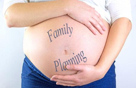 """planificaci�n familiar: El vientre de la mujer embarazada con el texto """"Planificaci�n Familiar"""""""
