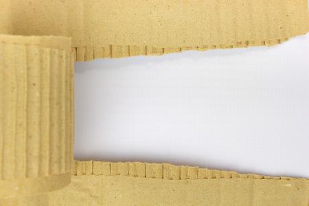 Lámina de cartón rasgado con lugar para el texto aislado en blanco Foto de archivo - 36469381