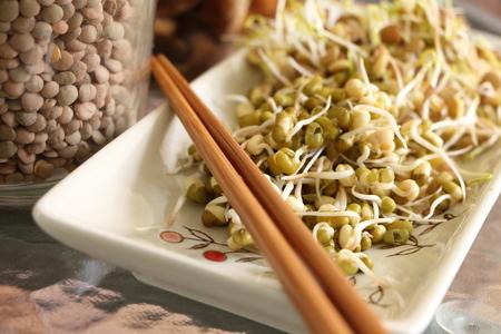 Linze en mung bonen spruitensalade op plaat met eetstokjes