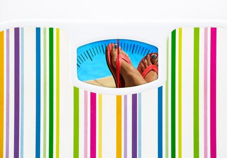 Zomer dieet concept met weegschaal en een zwembad op de wijzerplaat