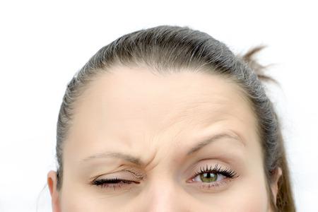 Top van de vrouwelijke gezicht kijken frons op wit wordt geïsoleerd Stockfoto
