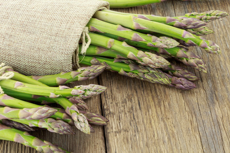 raffia: Bunch of asparagus tied with raffia cloth on wooden surface