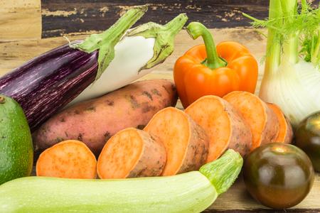 木製の背景での新鮮野菜