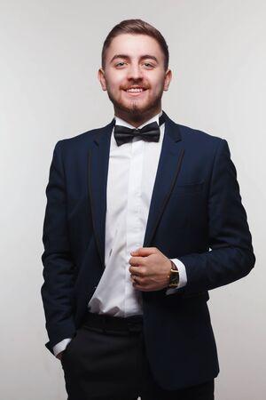 hombres guapos: joven en retrato de ropa formal Foto de archivo