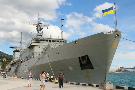 rusia bandera: Sevastopol, Russia - September 17, 2007: Ukrainian ship on the dock in the Crimea