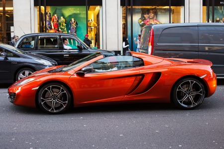 Regno Unito, Londra - 8 aprile 2015: marchio automobilistico McLaren per le strade di Londra Archivio Fotografico - 81748530