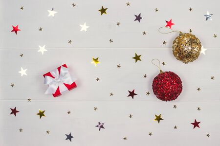 A red gift box and two ornaments. Banco de Imagens