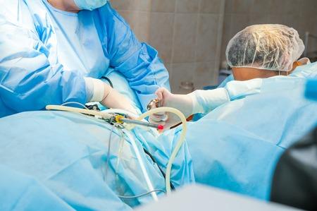 pinzas: Proceso de operación de la cirugía ginecológica laparoscópica utilizando el equipo. Foto de archivo