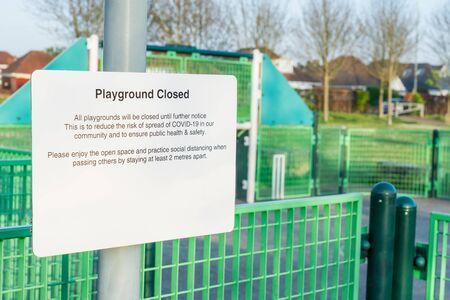 关闭与消息操场的一个白色标志被关闭被隔绝。防止Covid-19传播的社会疏远建议