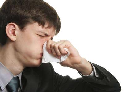 ojos tristes: hombre joven enfermo con los ojos tristes y kleenex en su nariz