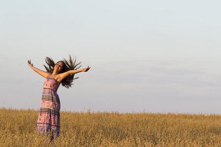 haver veld: Het mooie meisje danst in haver veld. Stockfoto