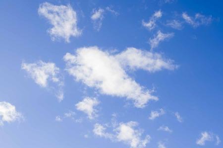 weiße flauschige Wolken am blauen Himmel Standard-Bild