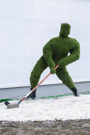 Vladimir Blagonravova street 1, sculpture of a hockey player made of artificial grass at the entrance to Vladimir Sajtókép