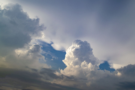 A large cumulus cloud illuminated on one side. Thunder Sky. Sun beams from the clouds 版權商用圖片