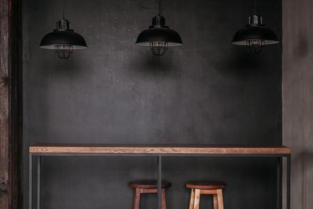 Eettafel in een eetkamer in loft-stijl met zwarte lampen