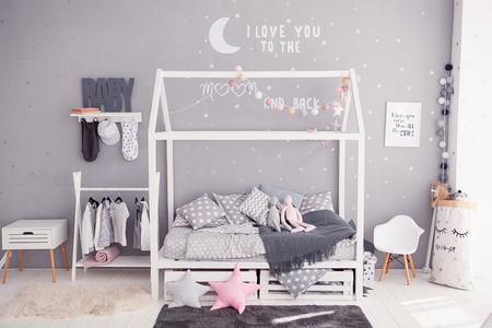 De slaapkamer van knusse kinderen in Skandinavische stijl met diy toebehoren
