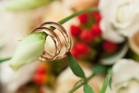 wedding rings on flowers Stok Fotoğraf - 84621365