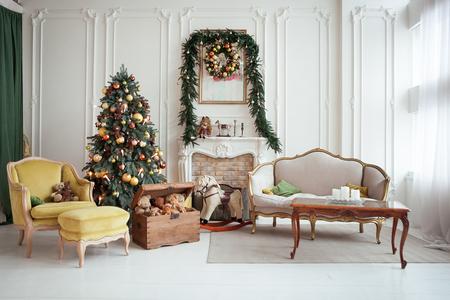 Piękne świąteczne wnętrze. Dekoracja noworoczna. Salon z kominkiem