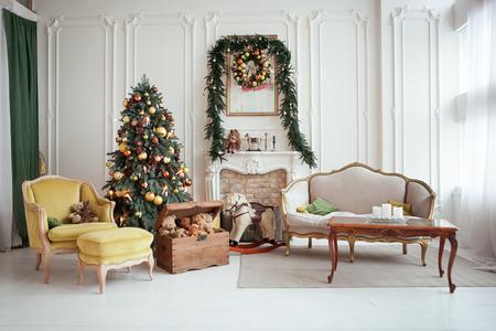 Schönes Weihnachtsinnenraum . Neujahr Dekoration . Wohnzimmer mit Kamin Standard-Bild