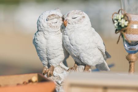 Weiße Eulenskulpturkeramik. Küssen von Paaren von Vögeln - Hochzeitsdekor.