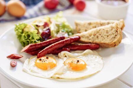 Desayuno de salchicha de huevo con ensalada de tostadas Plato blanco